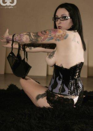 Телка БДСМ любит, когда ее связывают, она даже черные кожаные корсеты купила для этого случая - фото 3