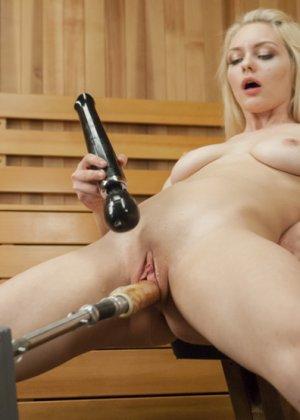 Элли Рэй – чувственная блондинка, которая любит испытывать новые ощущения – например, с помощью секс-машины - фото 3