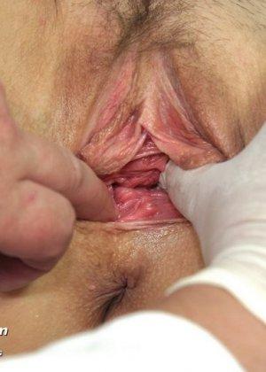 Гинеколог очень любит рассматривать женские влагалища, поэтому делает это с особым удовольствием - фото 6