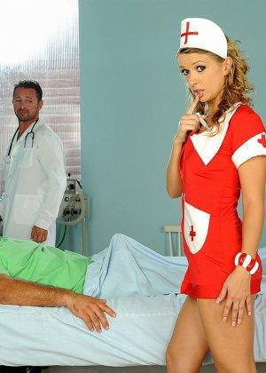 Медсестра в больнице в короткой юбке делает минет доктору и ебется с пациентом - фото 6