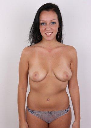 Девушка с весящими дойками улыбается голая на камеру в офисе - фото 8