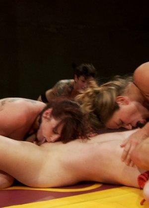 Горячие лесбиянки поборолись на ринге и потом поласкали друг дружке промежности - фото 11