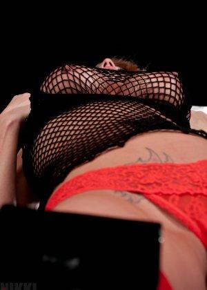 Никки Симс в сексуальном образе показывает свое соблазнительное тело - против нее не устоит никто - фото 15