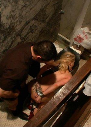 Блондинка оказывается между несколькими мужчинами, которые готовы драть ее мощно, с силой - фото 11