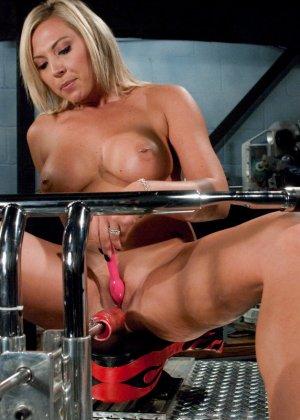 Рисковая блондинка пробует себя на мощной машине, которая доставляет массу удовольствия - фото 3