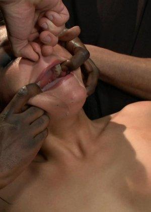 Отчаянная брюнетка соглашается на секс с несколькими мужчинами - ее дерут ее во все щели - фото 7