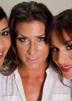 Три сексуальных женщины-врача устроили лесбийскую групповуху после тяжелого рабочего дня - фото 1