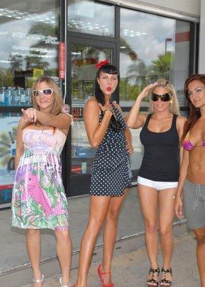 Сексуальные девушки готовы на все, чтобы победить в конкурсе бикини - фото 2