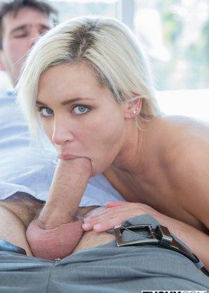 После анального секса блондинистая девчонка с наслаждением глотает сперму - фото 15