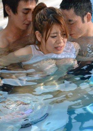 Грудастая японка пришла в бассейн на тренировку, но перепутала день недели, в результате ее выебали трое профессиональных пловцов - фото 32
