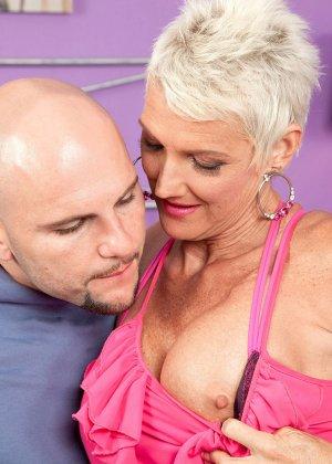 Зрелая блондинка развлекается со своим любовником, пока муж уехал в командировку - фото 2