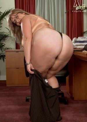 Женщина с огромными формами просто поражает своей внешностью, у нее нереальные объемы - фото 5