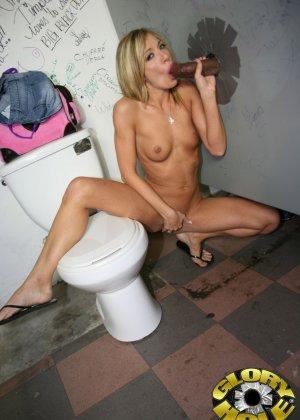 Девушка в фиолетовом белье отсосала чуваку через стену и кончила себе в рот - фото 12