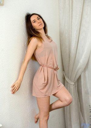 Стройная девушка показывает свое тело без одежды, чтобы у всех была возможность оценить ее - фото 2