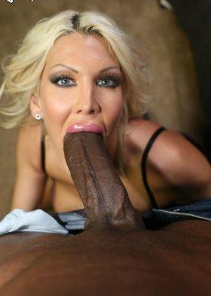 Блондинка делает растяжку, чтобы черный огромный хуй проник как можно глубже в ее розовую вагину, Мишель МакЛарен в межоассовом порно - фото 4