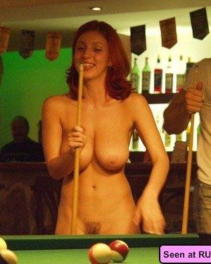 Голые девки развлекаются: играют в бильярд, напиваются в барах и не прочь, чтобы их лапали - фото 7