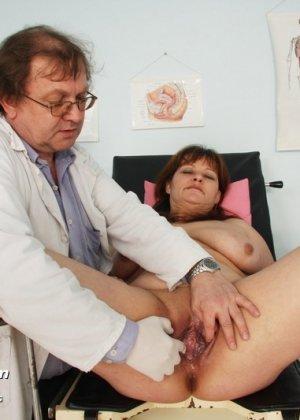Пожилой врач принимает зрелую пациентку и вставляет в ее пизду расширитель, а в попке орудует ватной палочкой - фото 9