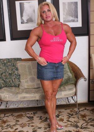 Женщина-бодибилдерша очень напоминает внешне мужчину, но всё же ее нутро говорит о женственности - фото 1