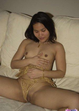 Домашнее фото в которых девушка мастурбирует киску на диване - фото 6