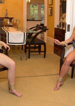 На этих фото можно будет увидеть, что делают с девушками, если их руки оказываются связаны веревкой - фото 9