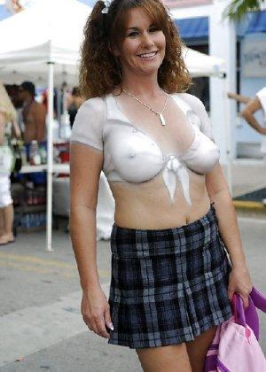 Подборка девушек которые ходят с открытой грудью в публичных местах - фото 21