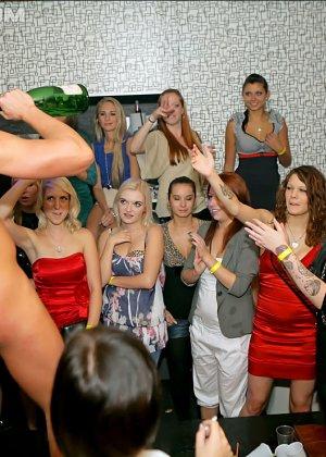 Стриптизер в клубе дает пососать свой стояк голодным девушкам - фото 3