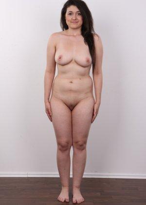 Телка пришла устраиваться на порно работку и сделала немножко фоток в голом виде - фото 11