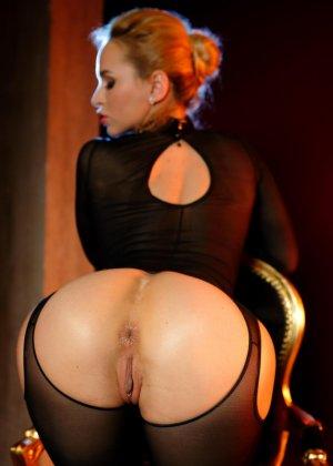 Блондинка лесбиянка садиться на стул, чтобы ее подруга смогла сделать незабываемый куннилингус - фото 12