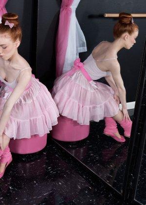 Восемнадцатилетняя длинноволосая балерина показала сиськи и узенькую киску - фото 1