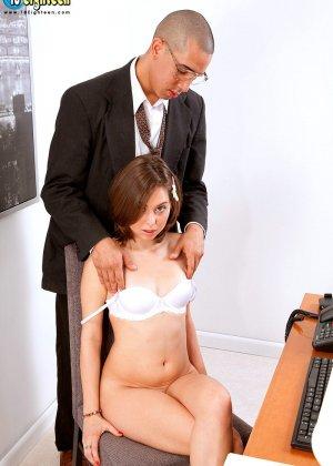 Миловидная брюнетка успешно прошла собеседование, трахнувшись со своим будущим работодателем - фото 9