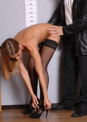 Девушка приходит в офис, а там развратный мужчина разрешает себя осмотреть со всех сторон - фото 10