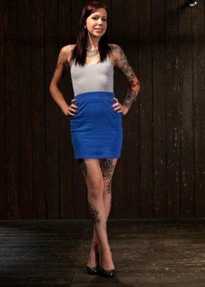 Татуированная молоденькая девица впервые пробует БДСМ - фото 2