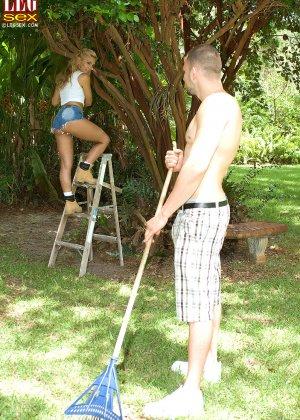 Жазелла Мур подставляет свои ножки для поцелуев, а затем ласкает стопами член молодого человека - фото 2