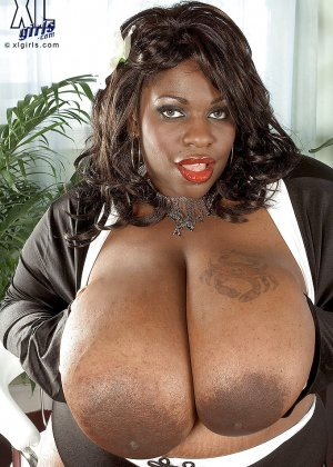Очень большие сиськи всегда привлекают внимание, эта пышная негритянка потрясет своими дойками - фото 3