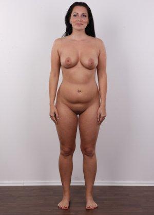 Красивая брюнетка с натуральными дойками на фото кастинге в порно бизнес - фото 11