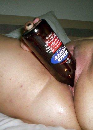 Разные развратницы показывают, как они принимают в свою пизду бутылки любых размеров - фото 17