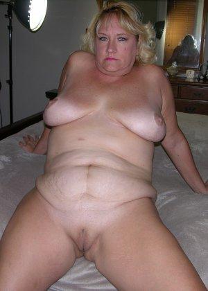 Чужая соседская жена показывает свою старенькую натуральную грудь - фото 11