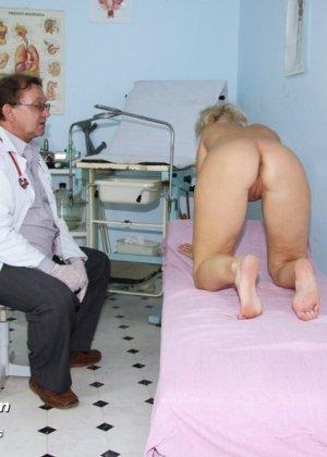 Опытный мужчина-гинеколог не только производит осмотр пациентке, но и доставляет ей удовольствие - фото 6
