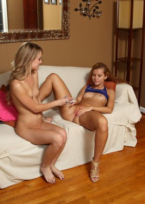 Джесси Роджерс расслабляется на диване и показывает свое молодое тело, вставив в себя интересную штучку - фото 11