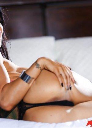 Роми Рэйн очень эротично показывает свою сексуальную фигуру, снимая с себя нижнее белье - фото 5