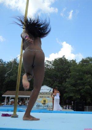 Мулатка показывает свое божественное тело прыгая у бассейна - фото 13- фото 13- фото 13
