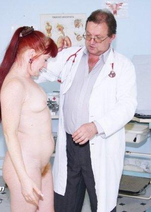 Ольга раздвигает ноги перед опытным гинекологом и разрешает произвести тщательный осмотр - фото 3