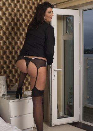 Зрелая британская красотка показывает свое шикарное тело, одевшись в сексуальное белье - фото 12