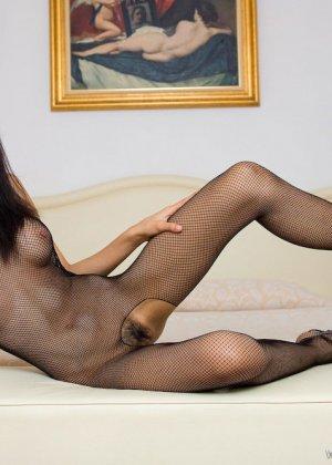 Красивая девушка мастурбирует свою скромную влажную киску - фото 5