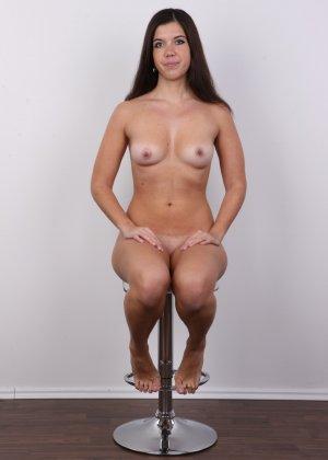 Длинноволосая брюнетка решила заработать денег эротической фото сессией - фото 14