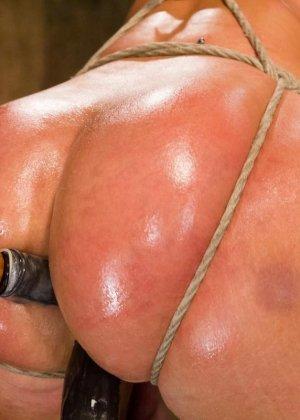 Жесткий мужик связав свою жену за измену издевается над ней вибратором - фото 22