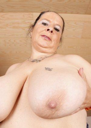 Зрелая леди с большой грудью соблазняет своих преданных поклонников - фото 12