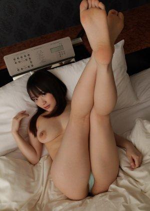 Пышногрудая азиатка после мастурбации в машине была выебана пареньком дома - фото 24