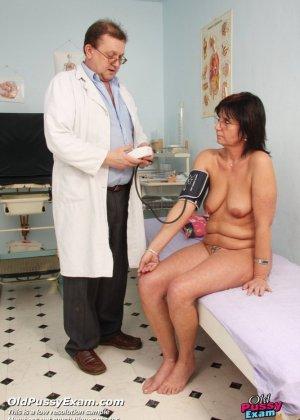 Зрелая получает удовольствие от тщательного осмотра у врача, тем более, что он лапает ее пизду - фото 3