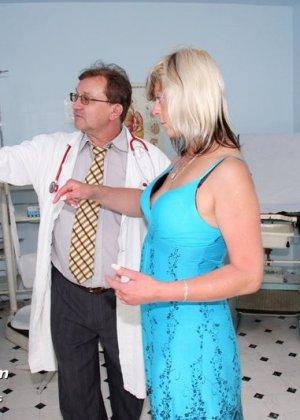 Женщина с удовольствием раздвигает ноги перед опытным гинекологом и даже получает удовольствие от осмотра - фото 1